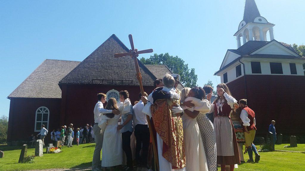 Kramar utanför Sundborns kyrka.