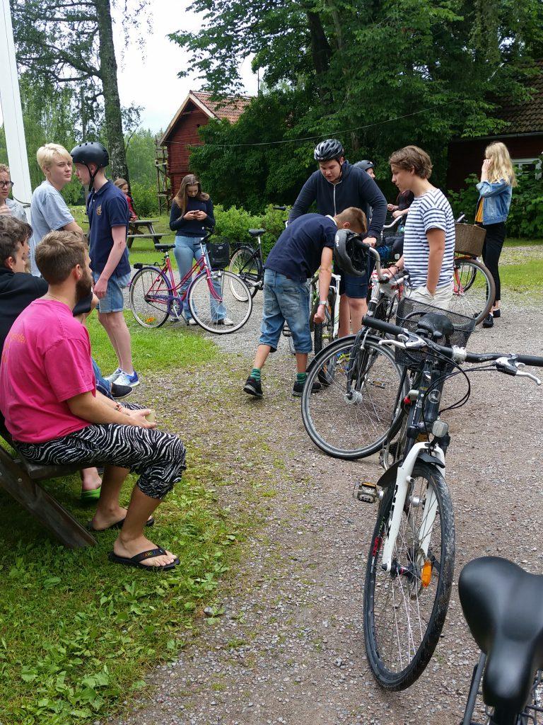 Konfirmanderna samlas inför cykelturen till Falun