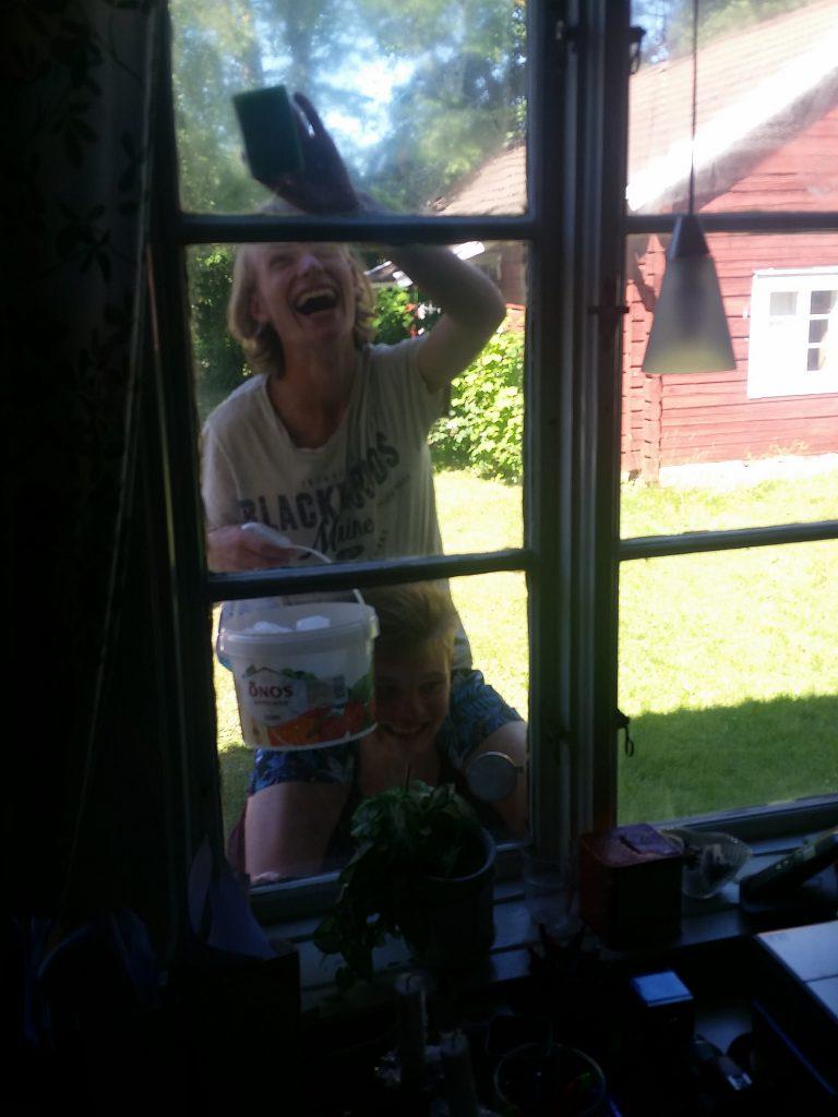 Max och Rasmus tvättar fönster