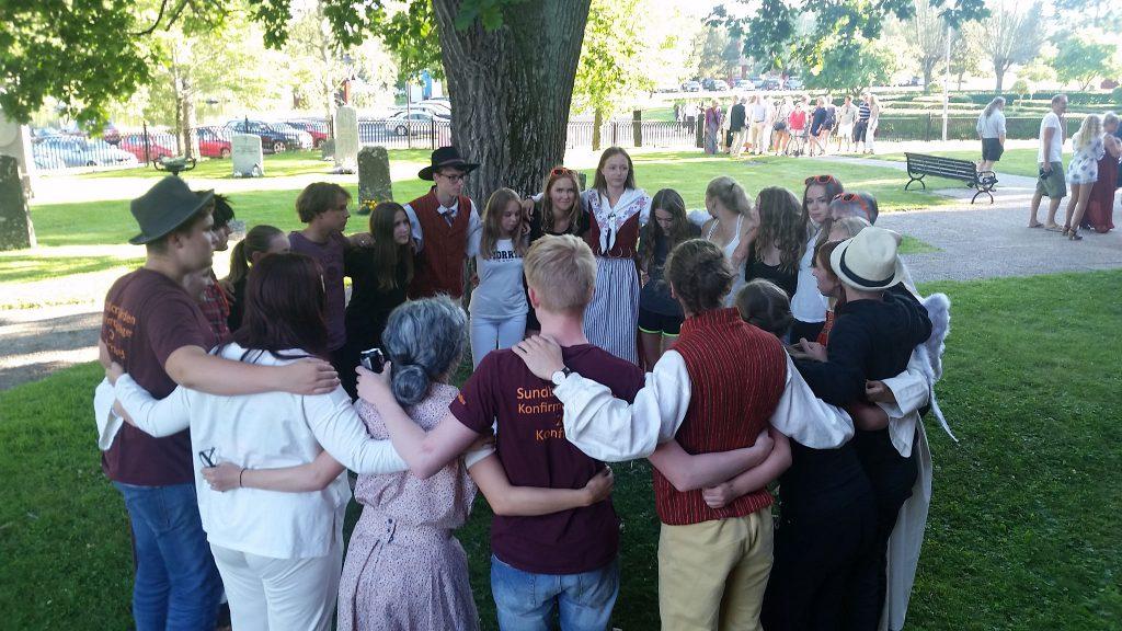 Samling utanför sakristian innan kyrkospelet.