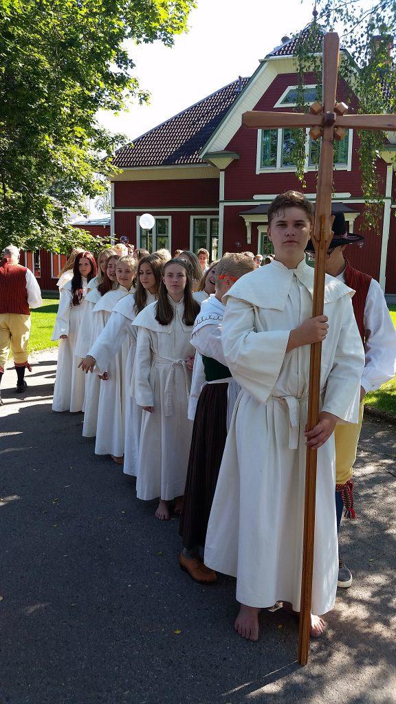 Uppställda för procession.