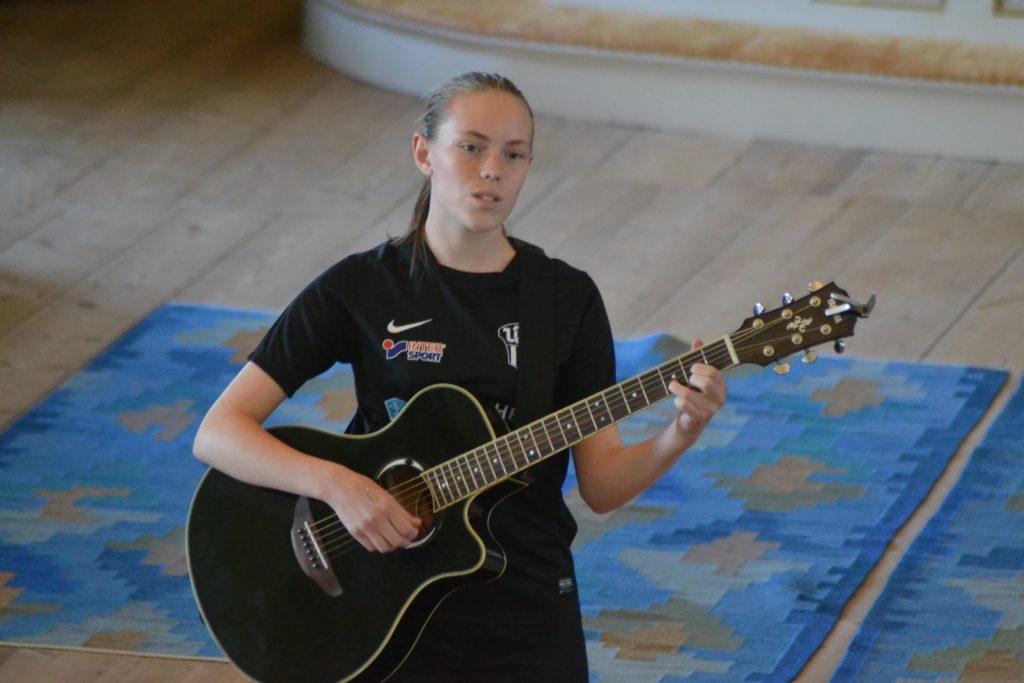 Katja spelar och sjunger.