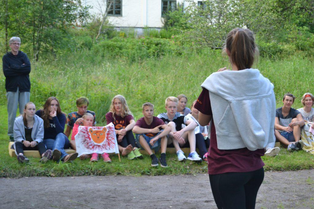 Anna ger instruktioner inför volleybollturneringen.