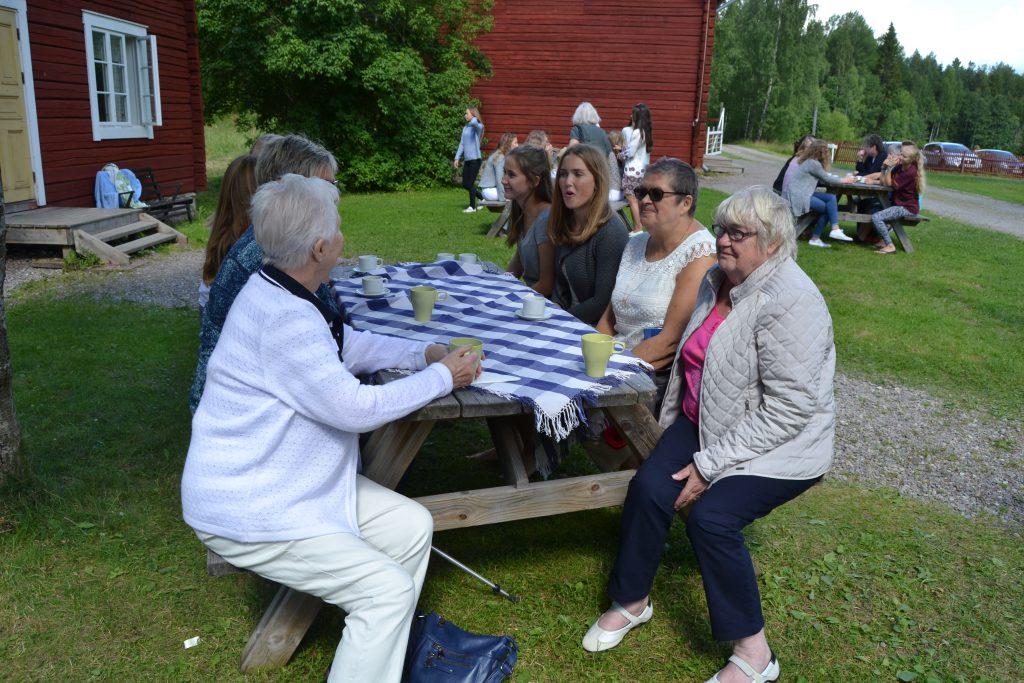 Kyrkobesökare på Sundbornsgårdens dag.