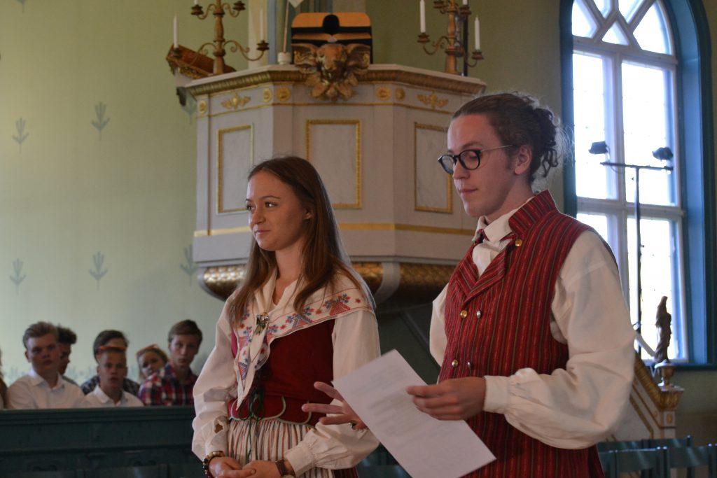 Kyrkospelsledarna Anna och Oskar presenterar årets kyrkospel. Ove blir frälst(arkrans)