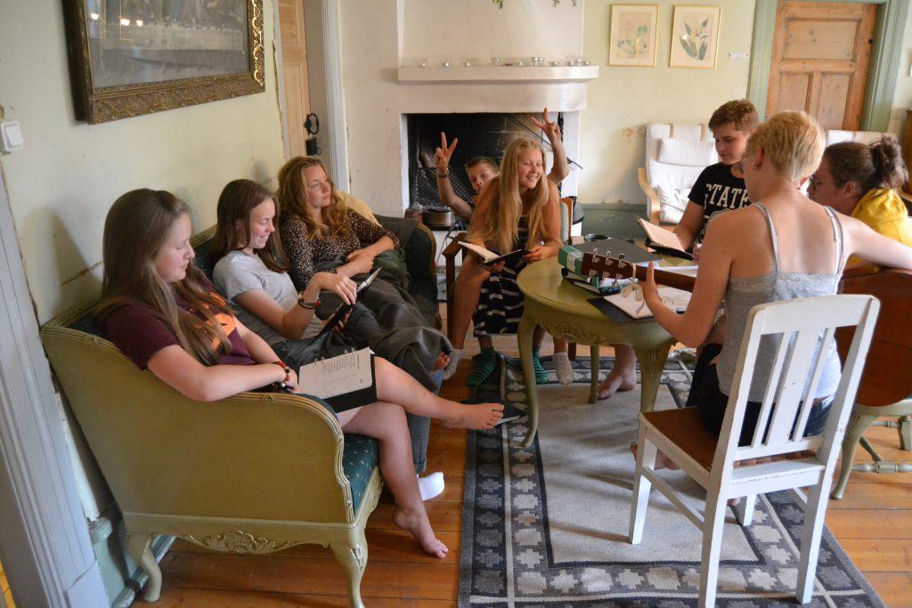 Musikgruppen väljer musik och repeterar i Brasrummet