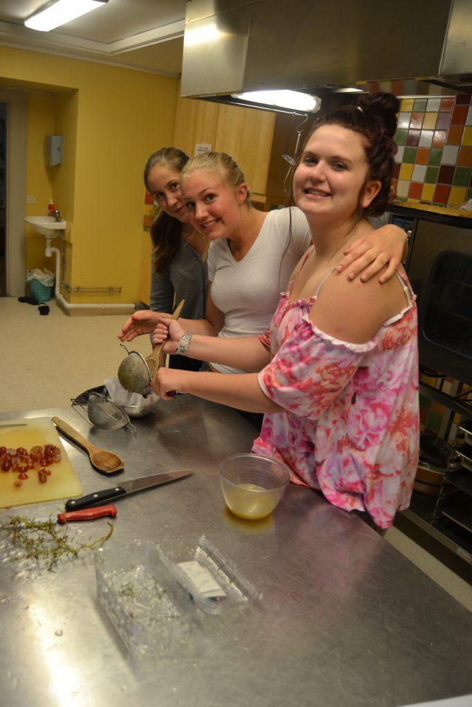 Ida, Siri och Hennie pressar vindruvor till mässan